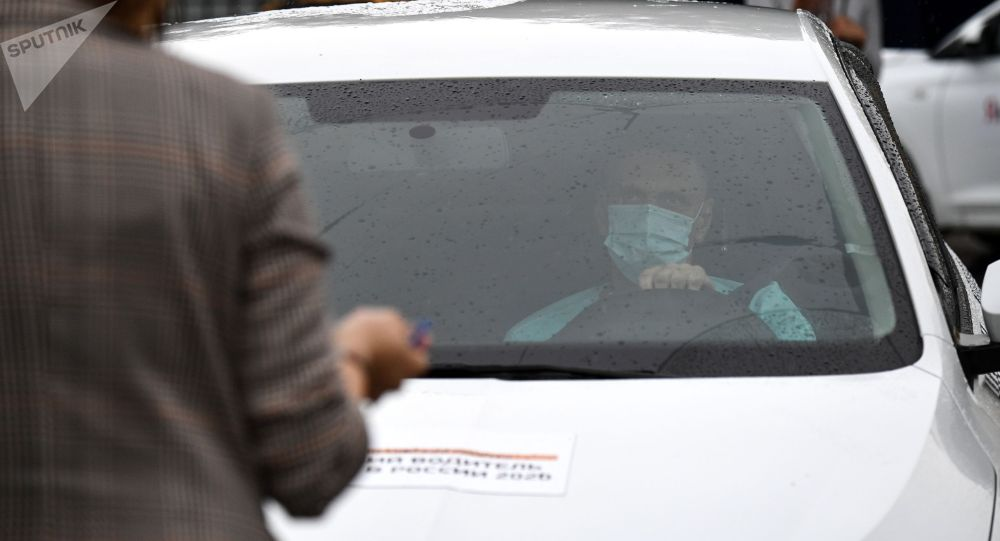 Беткап кийип такси айдап жүргөн киши. Архивдик сүрөт