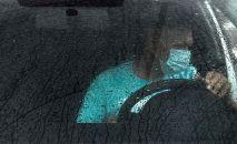 Водитель едет во время дождя. Архивное фото