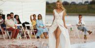 Модель демонстрирует одежду из новой коллекции бренда Dress Dreams на озере Сасык-Сиваш под Евпаторией.