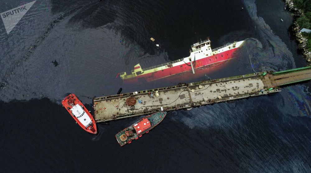 Ликвидация последствий разлива нефтепродуктов с судна Сайда, затонувшего после пожара у причала в районе Трех Ручьев в Мурманске (Россия)