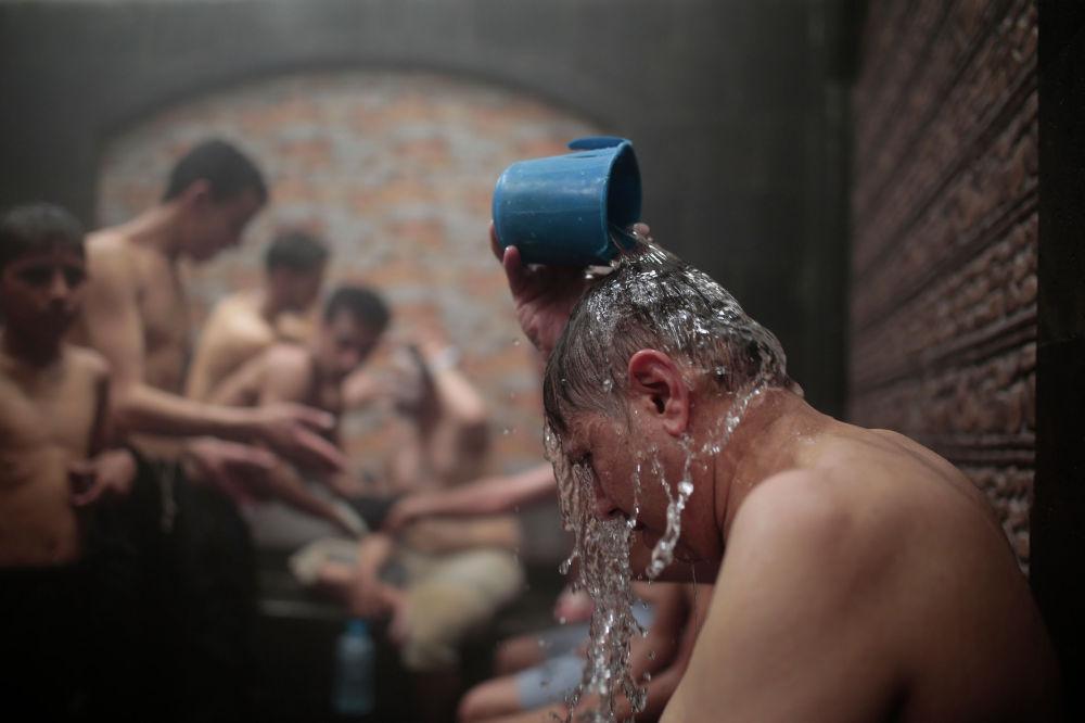 В Йемене после снятия ограничений из-за пандемии коронавируса открылись бани