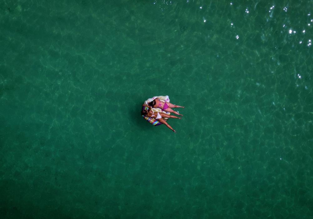 Отдыхающие в море у берегов острова Гран-Канария (Испания)