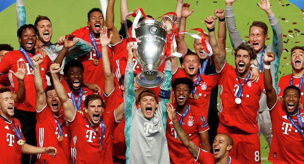 Капитан команды Мануэль Нойер из Мюнхена с товарищами по команде празднует трофей после победы в Лиге чемпионов в стадионе Estadio da Luz в Лиссабоне. Португалия, 23 августа 2020 года