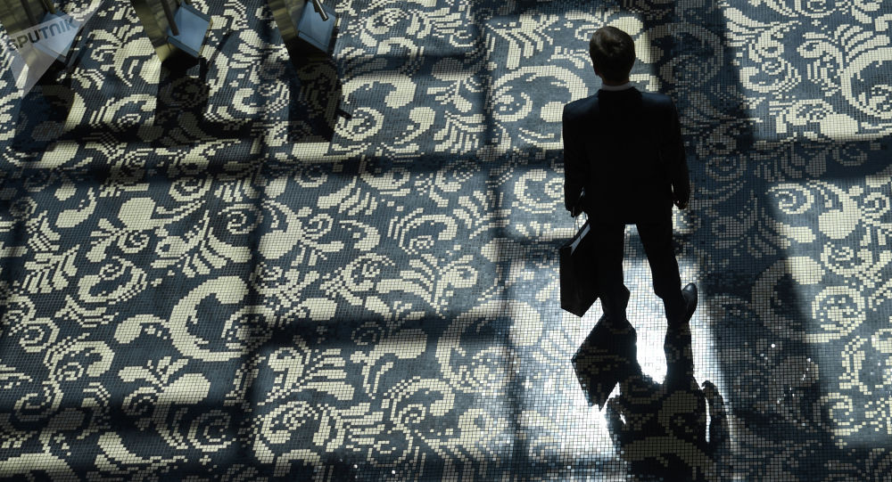 Мужчина с портфелем в руках. Архивное фото