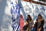 Граффити перед бывшим посольством США в Тегеране. Архивное фото