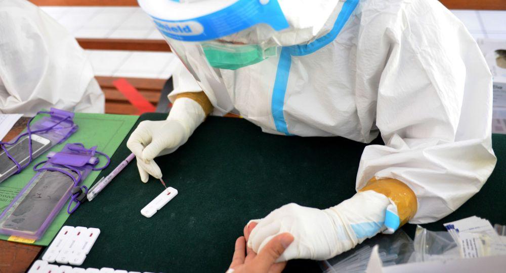 Медицинский работник берет образец крови для проведения теста на коронавирус. Архивное фото