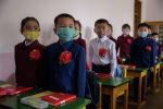 Дети начальной школы, носящие маски в качестве меры защиты от COVID-19. Архивное фото