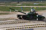 Танк Т-72 команды военнослужащих Кыргызстана во время соревнований танковых экипажей в рамках конкурса Танковый биатлон-2020 на полигоне Алабино в Подмосковье в третий день VI Армейских международных игр АрМИ-2020.