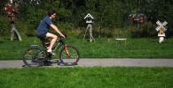 Мужчина катается на велосипеде в парке. Архивное фото