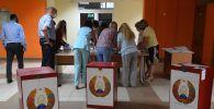 Члены участковой избирательной комиссии во время подсчёта голосов в Минске. Архивное фото
