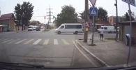 На кадрах видно, что мужчина на красный свет переходит дорогу, но почти у тротуара его сбила Honda CR-V.