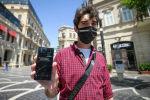 Человек на улице со смартфоном в руке. Архивное фото