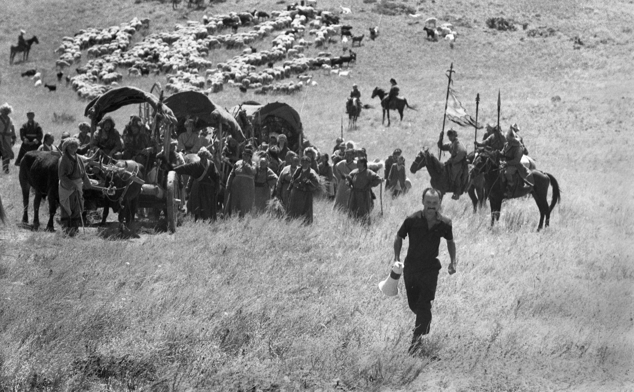 Белгилүү режиссер, каскадер Үсөн Кудайбергенов Чыңгыз хан тасмасын тартуу учурунда