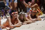 Девушки топлес на пляже в Рио-де-Жанейро . Архивное фото