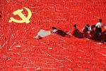 Школьники складывают флаг Коммунистической партии Китая. Архивное фото