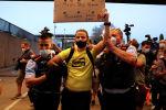 Лионель Мессинин командадан кетерине нааразы болгон каталондук Барселона клубунун фанаттары Ноу Камп стадионунун дарбазасын бузуп кирди.