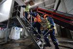 Рабочие на территории промышленного завода. Архивное фото