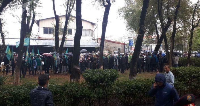 Сторонники партии Кыргызстан у здания Административного суда Бишкека, где рассматривается дело об участии в выборах