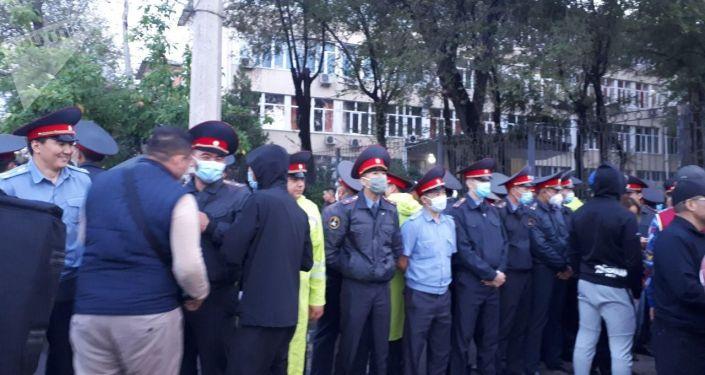 Сотрудники милиции у здания Административного суда Бишкека, где рассматривается дело партии Кыргызстан