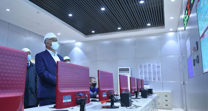 Премьер-министр Кыргызской Республики Кубатбек Боронов во время ознакомления с подготовкой к отопительному-зимнему периоду ТЭЦ в Бишкеке