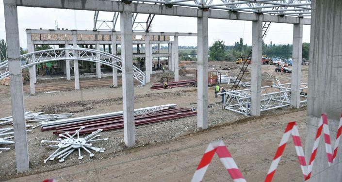 Рабочие во время реконструкции пункта пропуска Ак-Жол - автодорожный на кыргызско-казахстанской границе