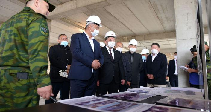 Премьер-министр Кубатбек Боронов посетил пункт пропуска Ак-Жол - автодорожный на кыргызско-казахстанской границе и ознакомился с ходом его реконструкции.
