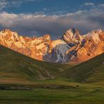 Көл Нарын облусунун Аксай өрөөнүндөгү алыскы Какшаал-Тоо кырка тоосунда 3 514 метр бийиктикте жайгашкан.
