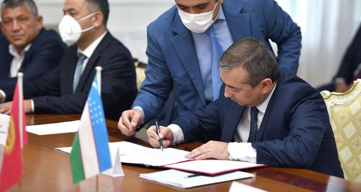 По итогам переговоров правительственных делегаций Кыргызстана и Узбекистана по делимитации и демаркации кыргызско-узбекской государственной границы в городе Ташкент подписано два протокола