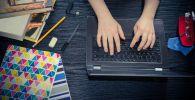 Студент использует ноутбук для учебы. Иллюстративное фото