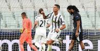 Футболист Криштиану Роналду из Ювентуса празднует забитый второй гол в ворота Лиона 1/8 финала второго матча  в стадионе Allianz в Турине.