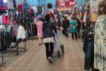 Вещевой ряд рынка Дордой в Бишкеке в будний день
