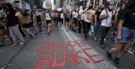 Демонстранты маршируют по городу во время акции протеста против убийства Джейкоба Блейка