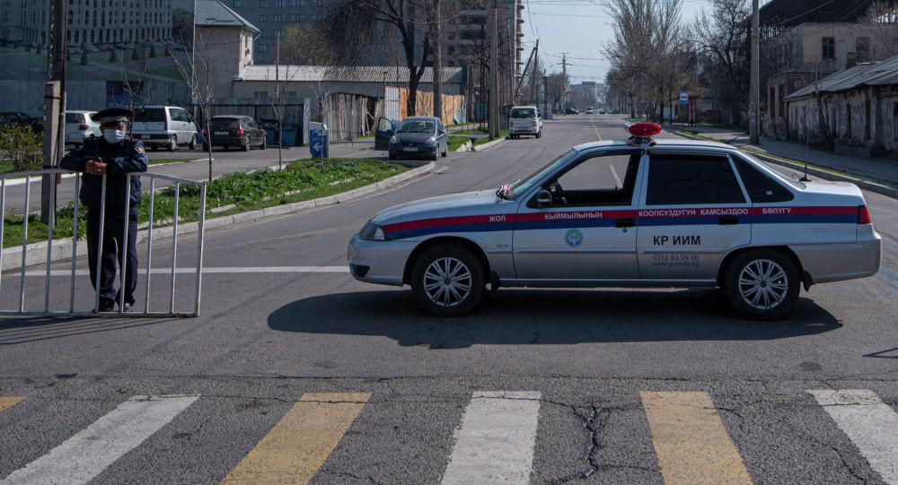 Сотрудник ГУОБДД на оцеплении карантинной зоны в Бишкеке, во время режима чрезвычайного положения из-за ситуации с коронавирусом