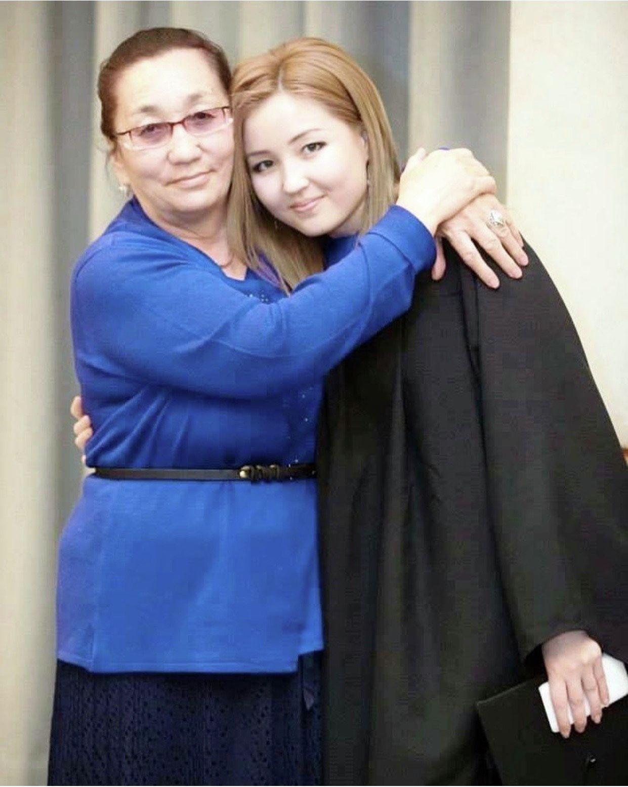 Директор академии по программированию Наргиза Жакыпова с мамой на выпускном Академии ОБСЕ