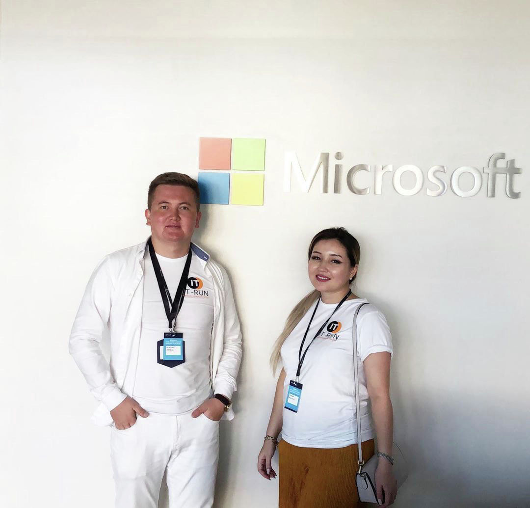 Директор академии по программированию Наргиза Жакыпова с мужем в офисе Microsoft