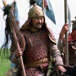 Манас эпосунун 1000 жылдыгын белгилөө үчүн атайын кийим-кечелер тигилген. Ат үстүндөгү жоокер белгилүү актер Догдурбек Кыдыралиев.