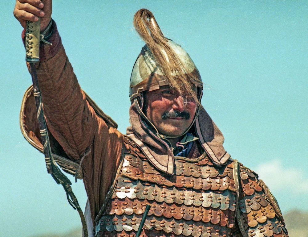 Ат жалында ойногон кыргыз жигиттерин белгилүү каскадер Үсөн Кудайбергенов жетектеген