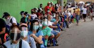 Люди в масках стоят в очереди