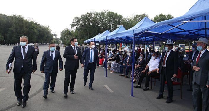 Мэр Оша Таалайбек Сарыбашов на праздничном мероприятии на площади Оша в честь 29-й годовщины независимости КР