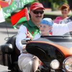 Сүрөт Минск-2009 байк-фестивалында тартылган. Ал кезде президент уулун коркпостон мотоциклге отургузган