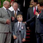 Венесуэланын президенти Уго Чавес беларусиялык кесиптеши Александр Лукашенконун уулу саламдашууда