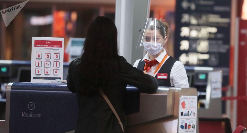 Пассажир у стойки регистрации в аэропорту. Архивное фото