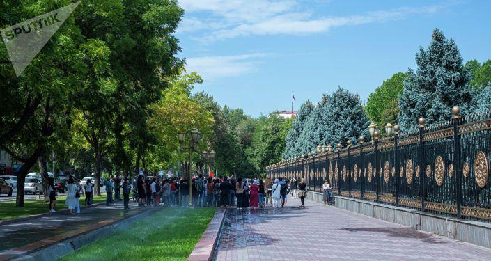 В Бишкеке арендаторы бутиков торгового центра Караван вышли на митинг против продажи объекта