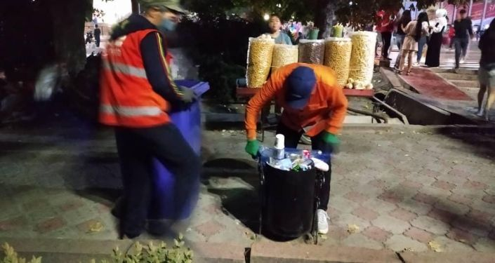 Сотрудники МП Тазалык во время уборки мусора на площади Ала-Тоо в Бишкеке после церемонии празднования 29-й годовщины независимости КР