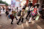 Первоклассники идут на занятия. Архивное фото