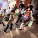 Өлкө боюнча мектепке бүгүн 1-класстын балдары гана барышты. Калгандары окууну аралыктан улантышат