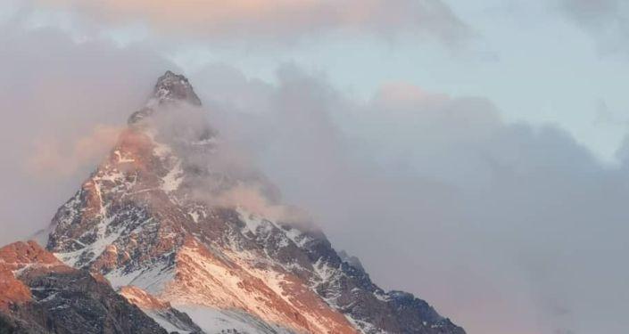 Группа кыргызских альпинистов во главе с заместителем директора Государственного агентства по делам молодежи, физической культуры и спорта Канатбеком Арпачиевым взошли на одну из самых высоких вершин Ат-Башинского хребта Жел-Тегирмен высотой 4600 м, между ущельями Орто-Каинды и Боскурбу. 30 августа 2020 года