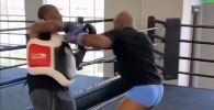 Легендарные боксеры Майк Тайсон и Рой Джонс-младший готовятся к поединку. На Youtube-канале опубликованы кадры с тренировок легенд бокса.