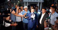 Лидер партии Кыргызстан Канат Исаев отвечает на вопросы журналистов после рассмотрения дела о возврате партии в предвыборную гонку Верховным судом КР