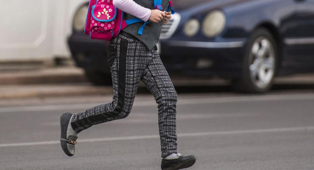Школьница пробегает дорогу. Иллюстративное фото